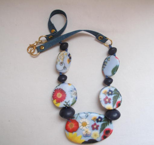Collana con fiori, in resina